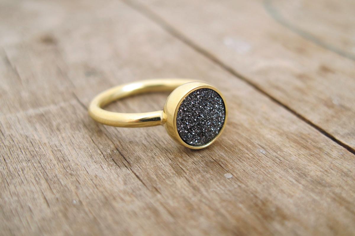Anillo Druzy, este es un verdadera anillo de oro de 18k,  sin embargo con un baño de oro se puede lograr la misma  apariencia, pero por un tiempo determinado.