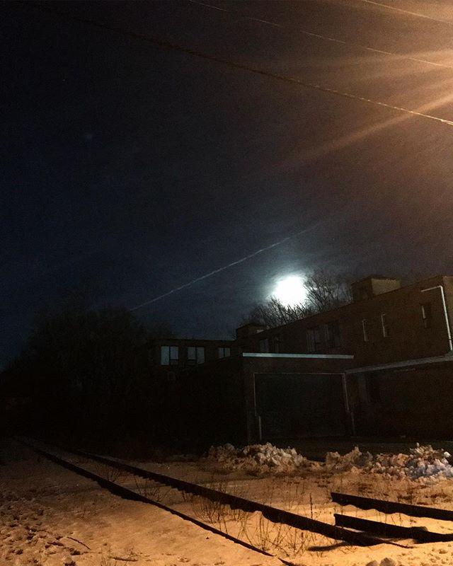 That moon last night 🖤 #supersnowmoon #moonrise #momentsofmine #traintracks #snow #natureandstuff #latergram