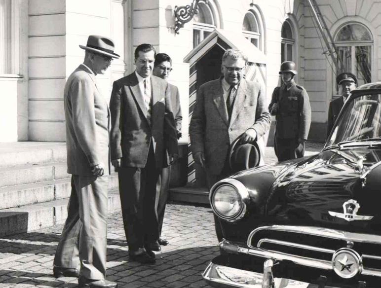 Presidentti Urho Kekkonen tarkistaa Kuljetusväline Oy:n kautta hänen Volgaansa toimittamia Fulda renkaita.