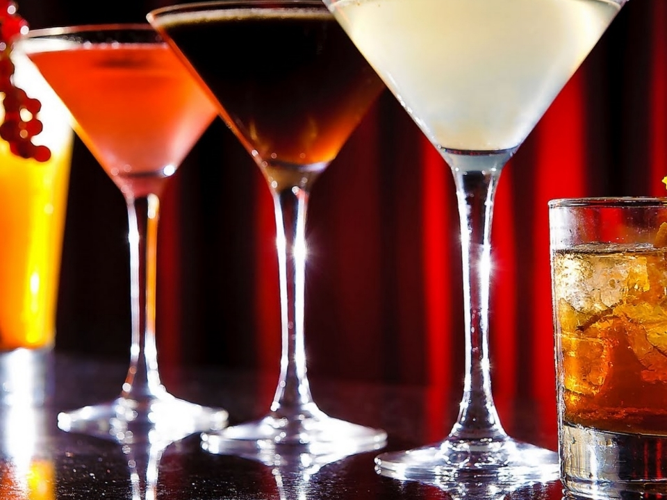 SIGNATURE COCKTAILS, WINES & CRAFT BEERS