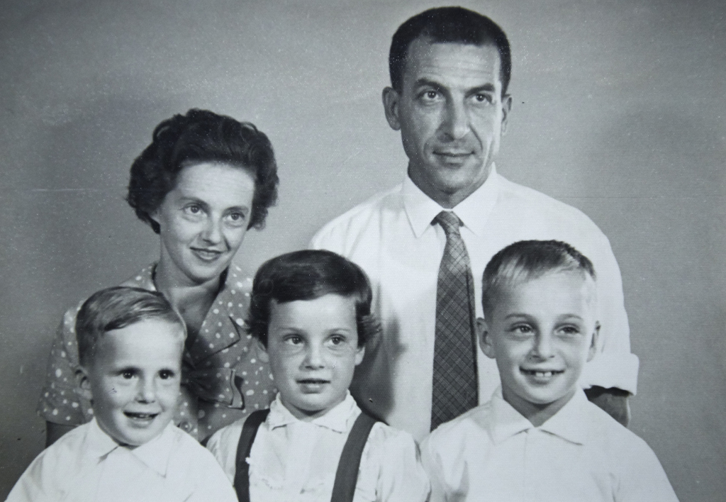 Mimi and Victor Deitz and their 3 children, David, Susie and Peter