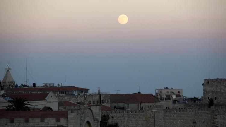 Supermoon rising over the Old city of Jerusalem (Photo: Abir Sultan, European Pressphoto Agency)