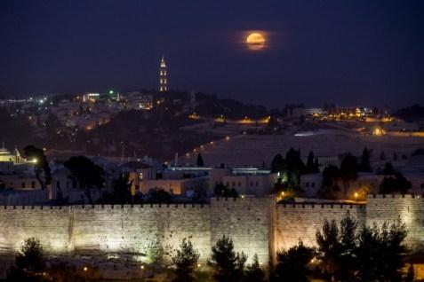 Later that same night... (Photo: Yonatan Sindel, Flash 90)