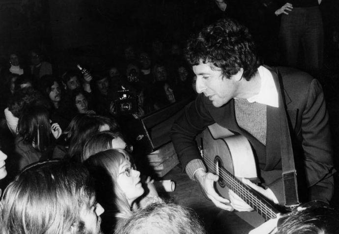 Leonard Cohen in concert, 1972 (Photo: Interfoto, AKG)