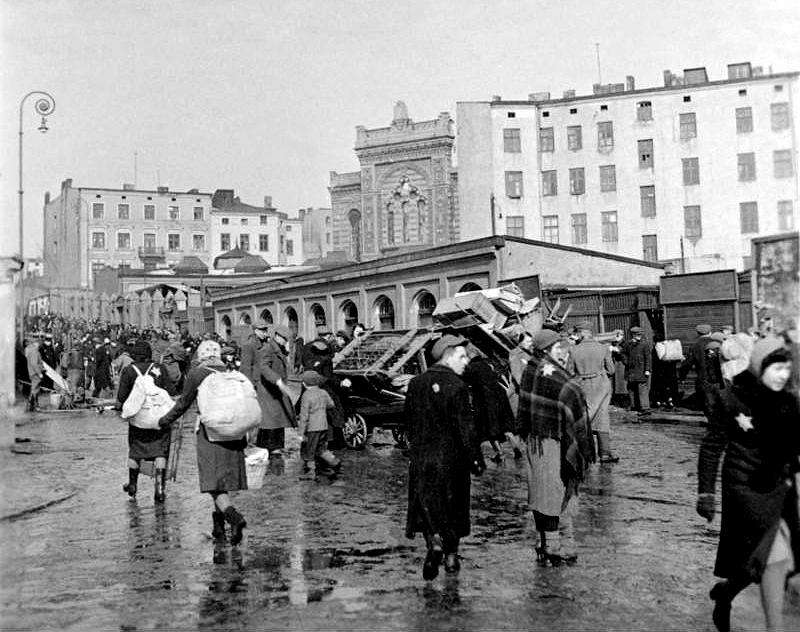 Jews taking their belongings into the Lodz Ghetto, 1940. (Photo: Bundesarchiv)
