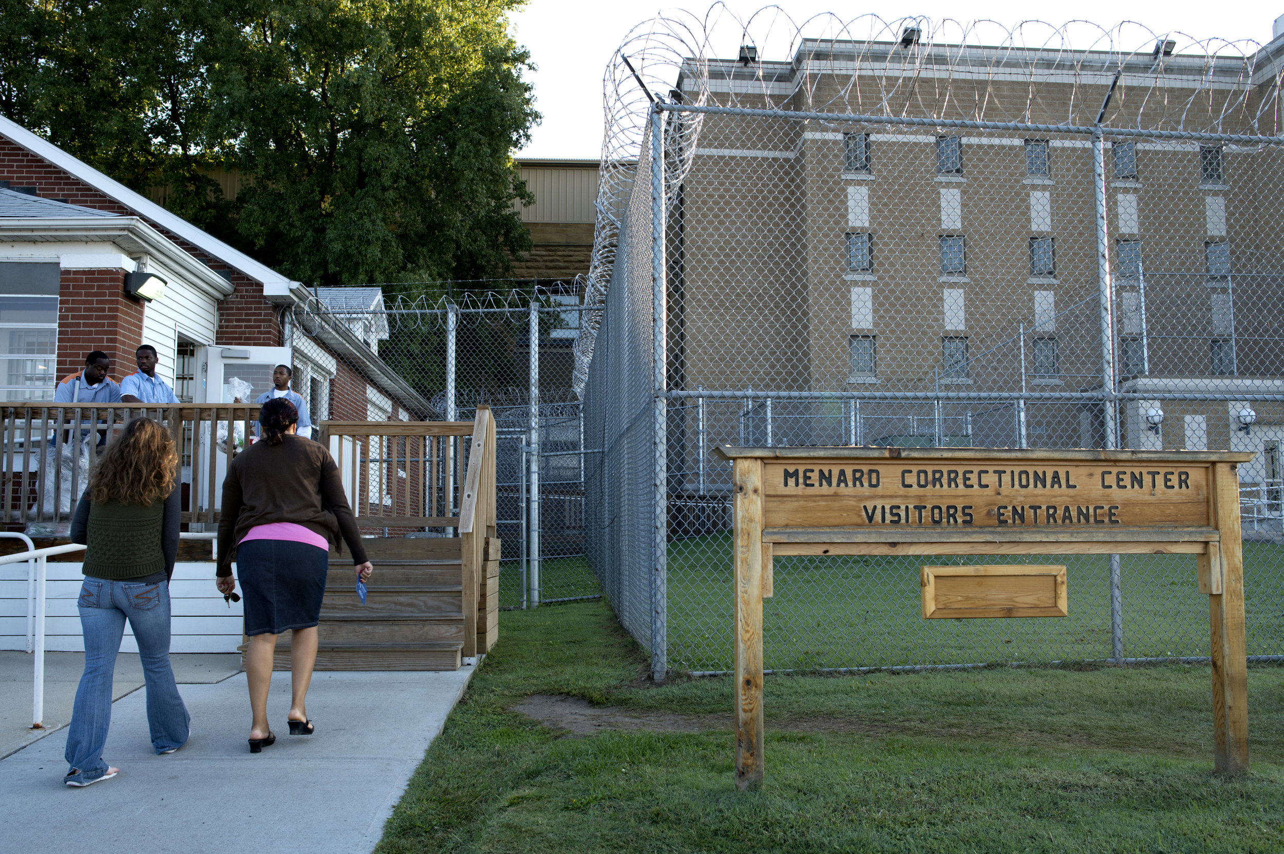 Kellie enters the prison to visit Anthony with Debra Kennedy, who is there to see a friend.