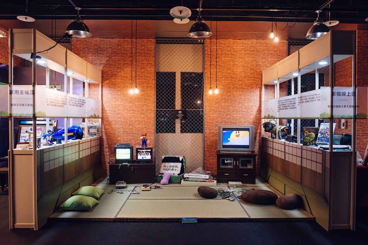 家用主機區 - 1990年代-2000年代自1983年任天堂 Famicom(俗稱「紅白機」)的上市,開啟了全球家機普及化的時代。從此以後打電動,不必再跑電玩店,反倒是可以待在家,和家人朋友共度歡樂時光。