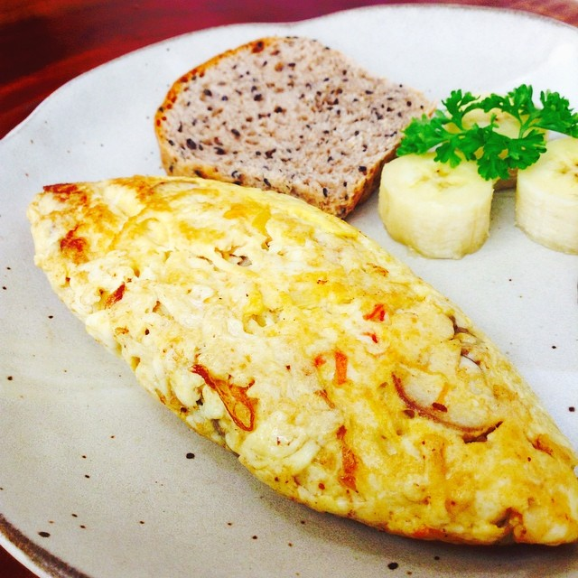 Omelet with whole wheat brown rice bread