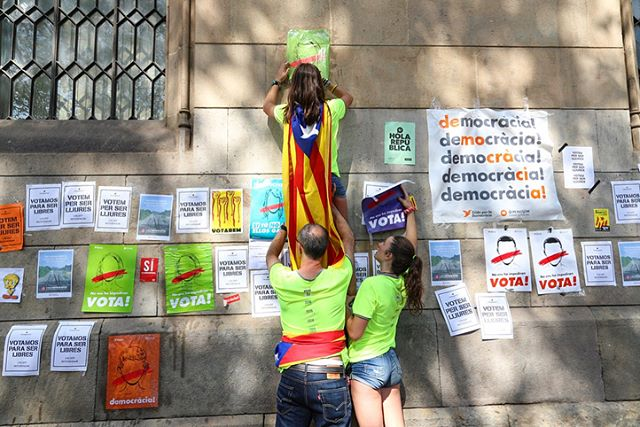 """On September 24th, 2017 Catalunya's pro-referendum activists take part of """"The democracy marathon"""" in which attendees are encourage to 'fill the city' with posters in favor of the October 1st referendum. Organizers provided spray cans, markers, cardboard, paper and even a printer during the event.  #Barcelona #Spain #breakingnews #breaking #indepence #reportagespotlight #catalunya #catalunyaimage #españa #protest #Canon #notiphone #photojournalism #Barca #politics #poblescatalans #igersbarcelona  #referendum #politica #catalunyagrafias #protesta #colors #art #poster #color #MaratoDemocracia #MaratóDemocràcia #university #student"""