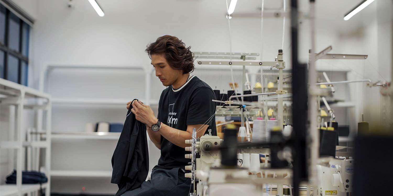 SHINE黃又南帶著 EONIQ X NUMB APPAREL機械錶 檢查T-shirt質素