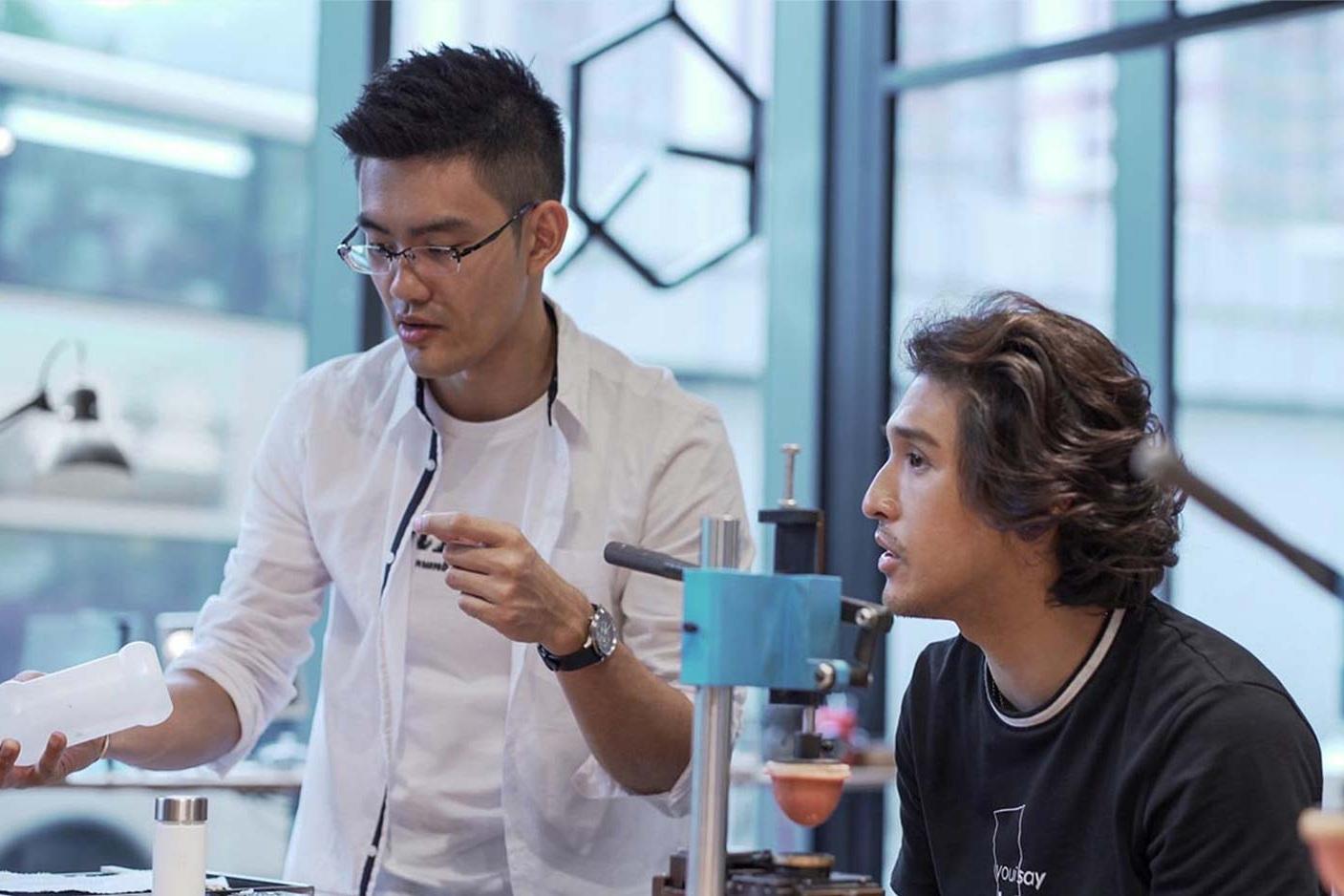 SHINE 黃又南 與 Quinn 討論移印工作坊的流程