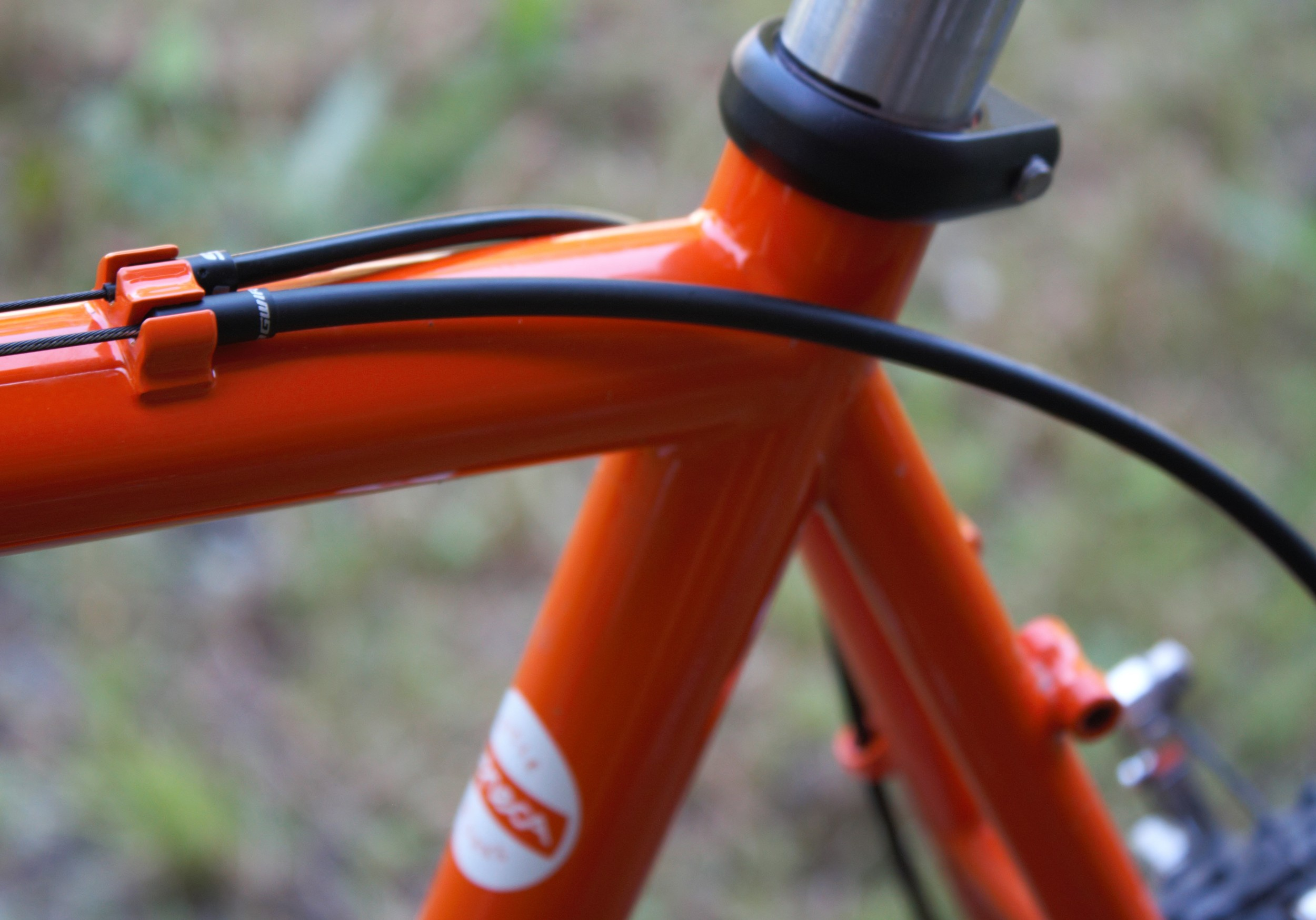 Top tube cable routing for the rear brake and rear derailleur.