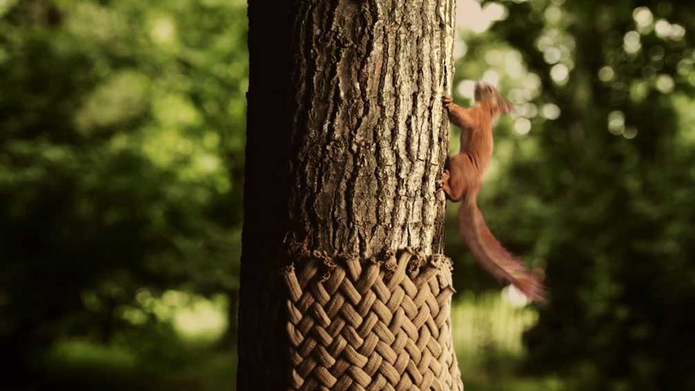 Still image from a film of TBWA Brussels directed by Olivier Babinet and produced by Lovo Films for the Belgian Natural Gas Association (KVBG-ARGB). Gorelov produced hand knittings for the Aardas commercial under the artistic direction of Pierre Pell, in collaboration with Sara Judice de Menezes.