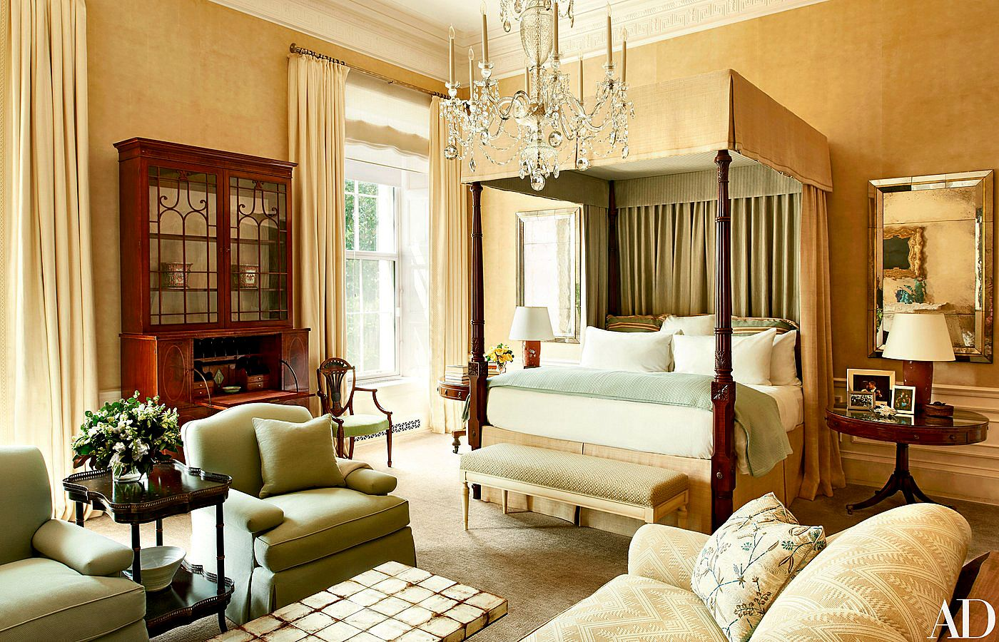The Obama bedroom - these two rooms couldn't be more different,although the chandelier remains the same in both...I'm not usually a fan of antique canopy beds but this one's so beautiful who could possibly resist it - understated luxury indeed