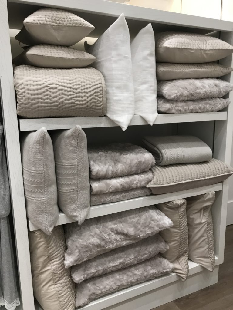 A selection of textured pillows and blankets that harmonize perfectly with all aspects of white