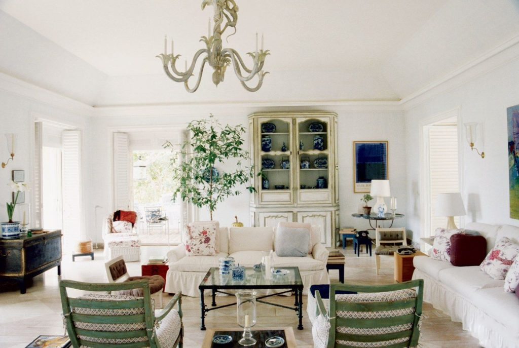 Bunny Mellon's living room looks crisp,clean and relaxed - looks like Tory kept the original chandelier