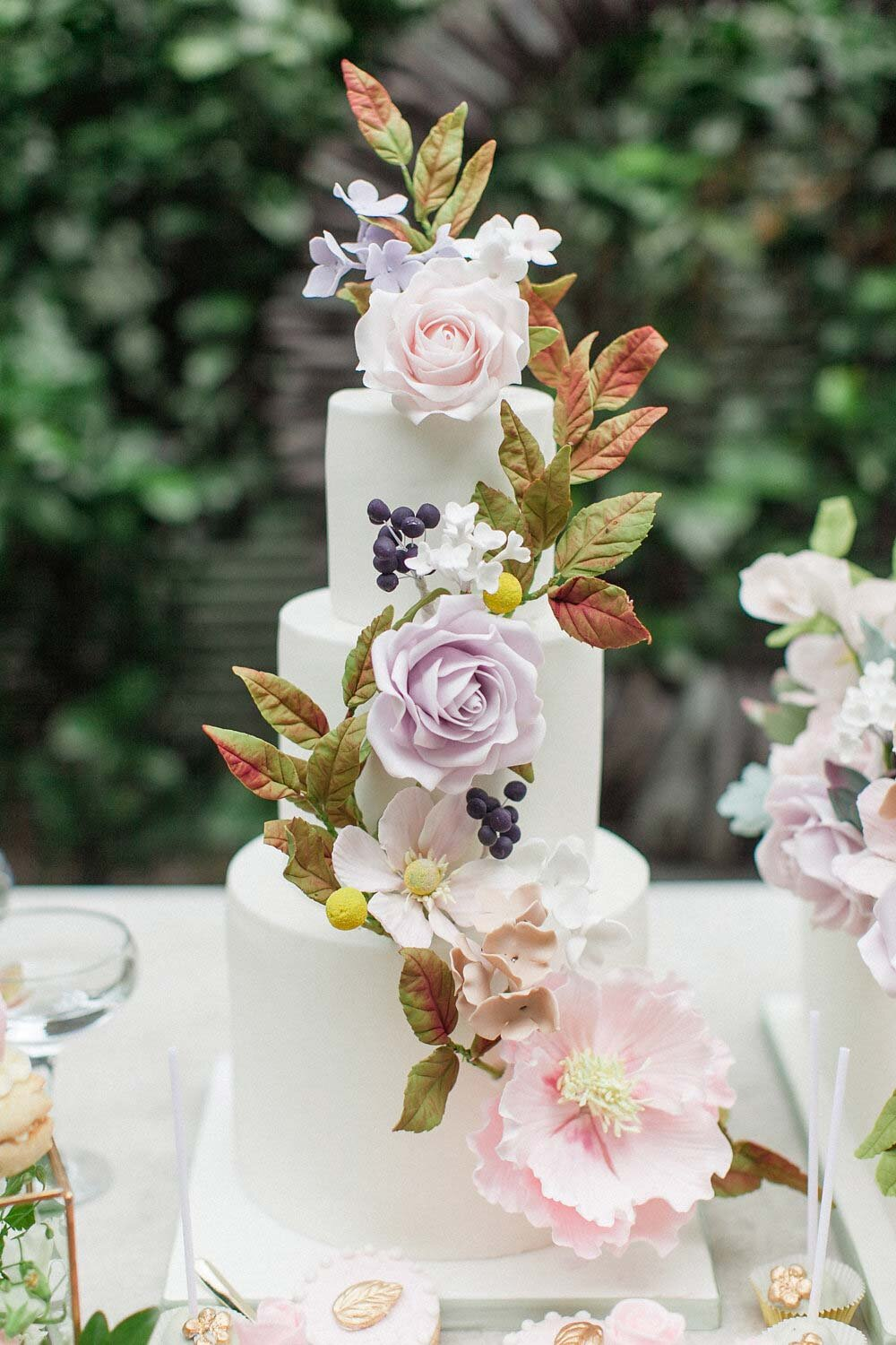 Yes, the lifelike florals are completely edible - amazing artistry!