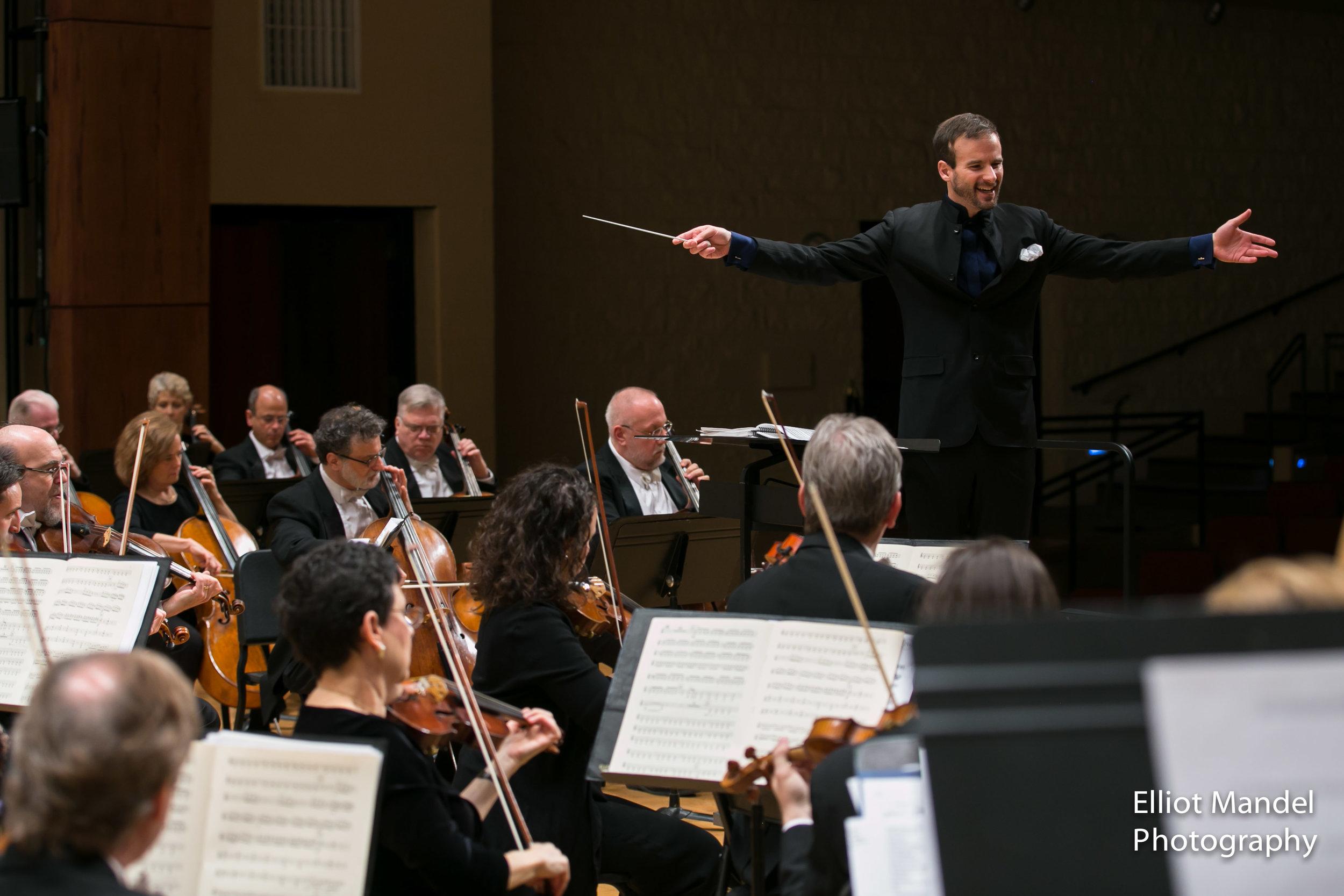 Vladimir Kulenovic leads the Lake Forest Symphony, January 24, 2018.