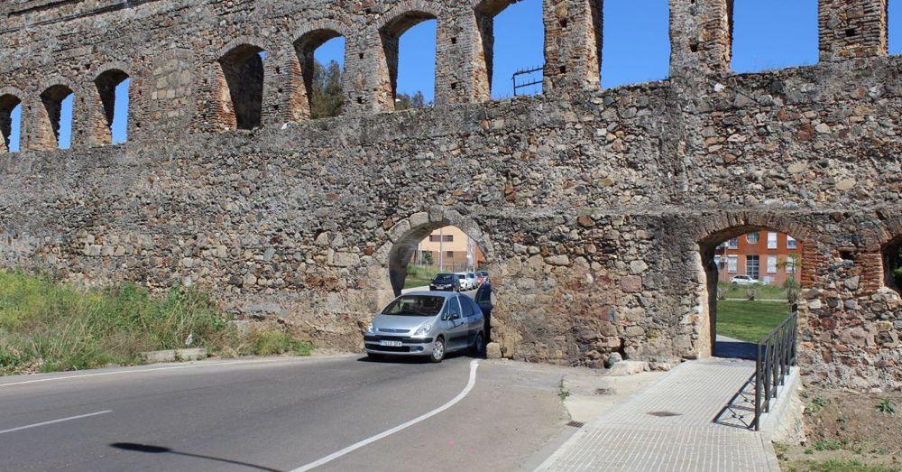Driving through the San Lázaro Aqueduct is a one car at a time affair.