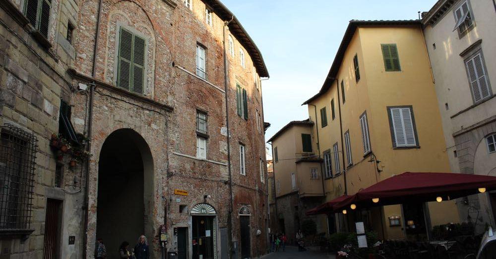 Piazza dell'Anfiteatro, Exterior