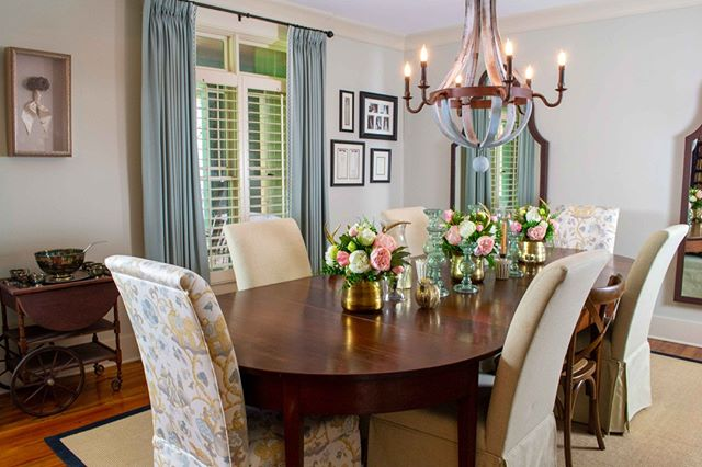 This formal dining room is the definition of Southern Elegance.⠀ ⠀ With a mixture of Traditional and Southern Living designed by our North Carolina branch.⠀ ⠀ #interiordesign #design #interior #homedecor #architecture #home #decor #interiors #homedesign #furniture #art #interiordesigner #designer #decoration #luxury #handmade #style #inspiration #interiordecor #interiorstyling #homesweethome #love #tradtionalstyle #southernliving  #livingroom #lifestyle #furnituredesign ⠀