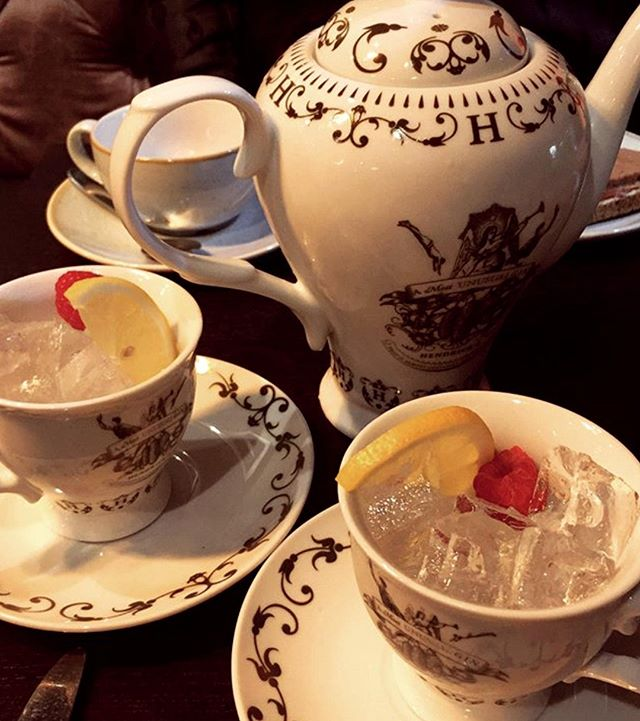Is there anything more civilised than drinking gin from teapots?! ☕️Our 'Stroll in the Botanics' sharing cocktail mixes Hendrick's Gin with Passionfruit Liqueur, St. Germain Elderflower Liqueur, Lemon Juice and Rose Lemonade for the perfect balance of fruity and floral! 🍓🍋 📸 by @bluestarbug