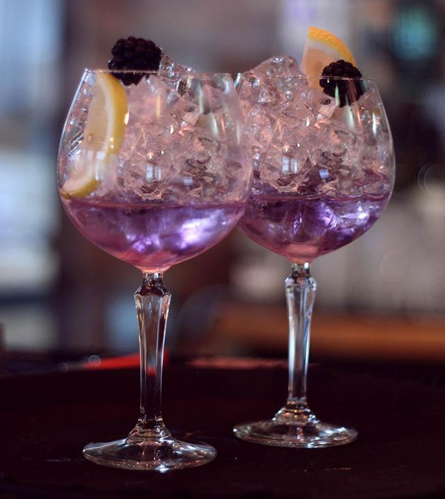 Need something to get you into that Friday feeling? Try Boe Violet Gin with lemon tonic, a slice of lemon and a blackberry 💜🔮