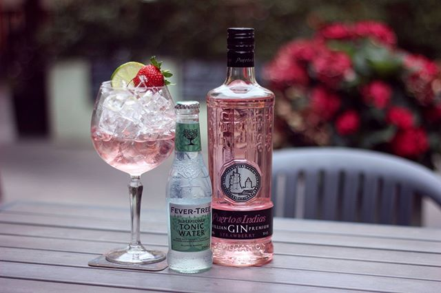 Missing the summer? ☀️ Transport yourself to better weather with Puerto de Indias Strawberry, elderflower tonic water and a lime and strawberry garnish 🍓This gin uses strawberries from Andalusia (said to be the best in Europe) making a sweet and delightful spirit!