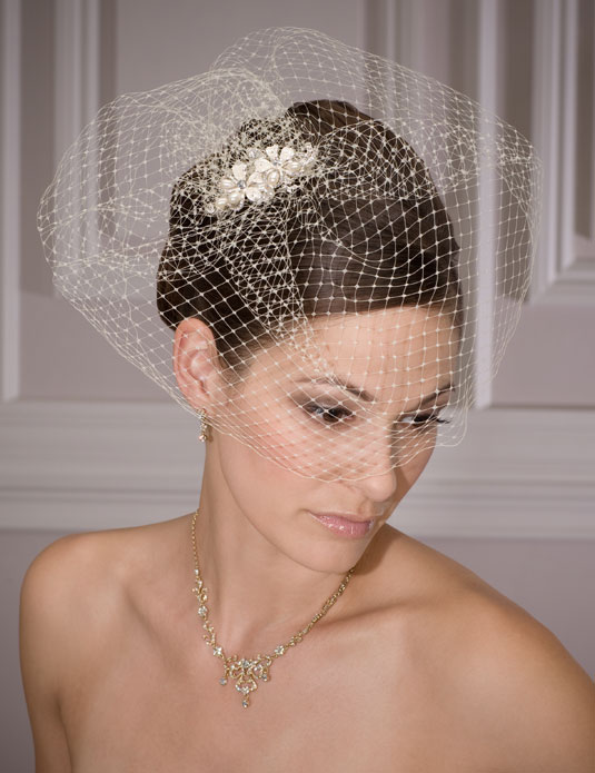 1960   French net veil on flower comb