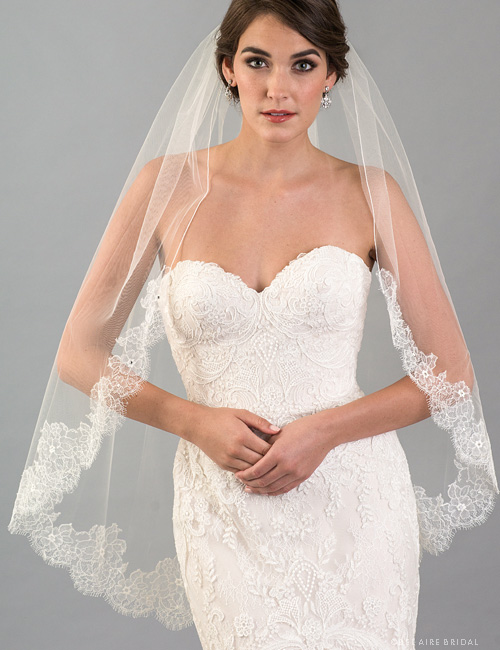 V7417   1-tier fingertip veil with French Chantilly lace