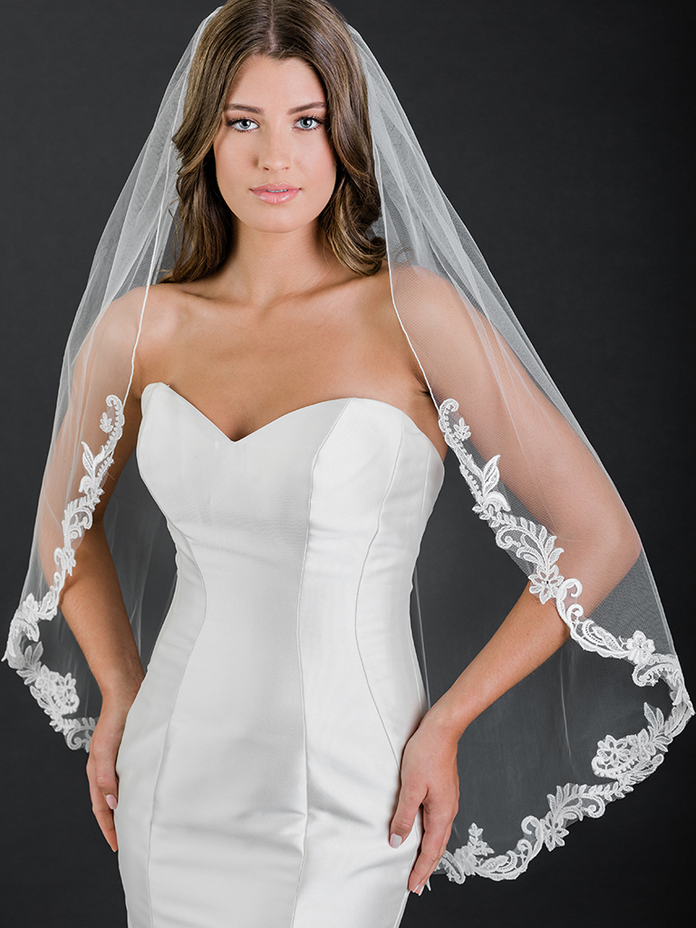 V7500   1-tier fingertip rolled edge veil with scroll and floral lace