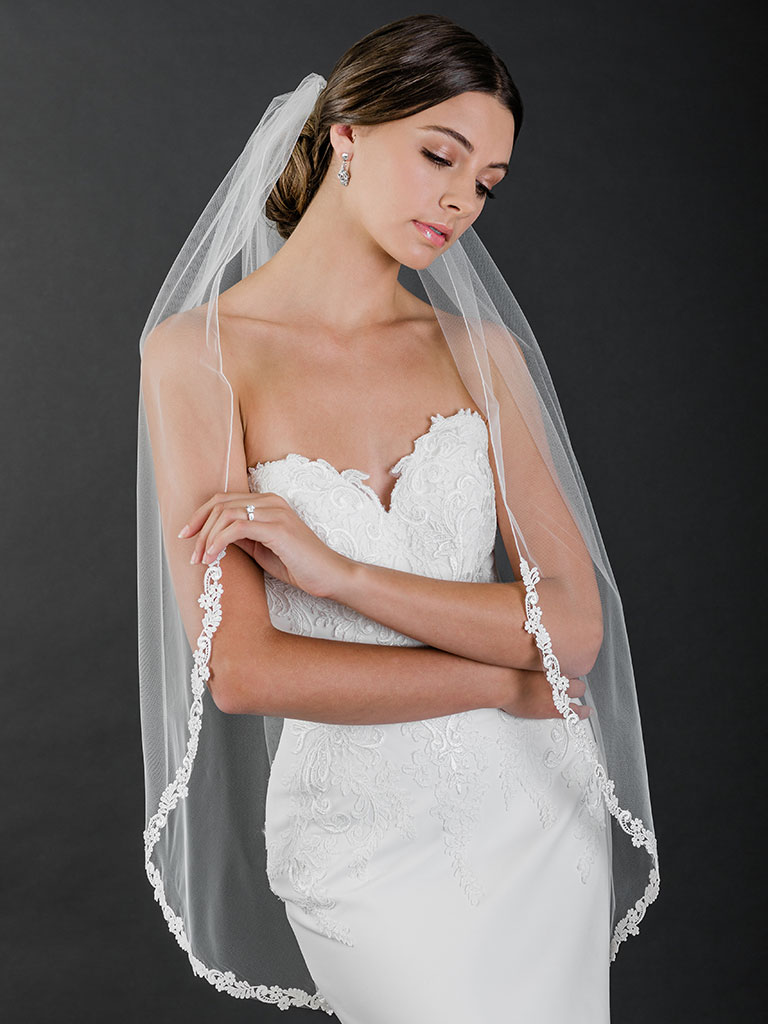 V7507   1-tier fingertip veil with rolled edge and narrow Venise lace