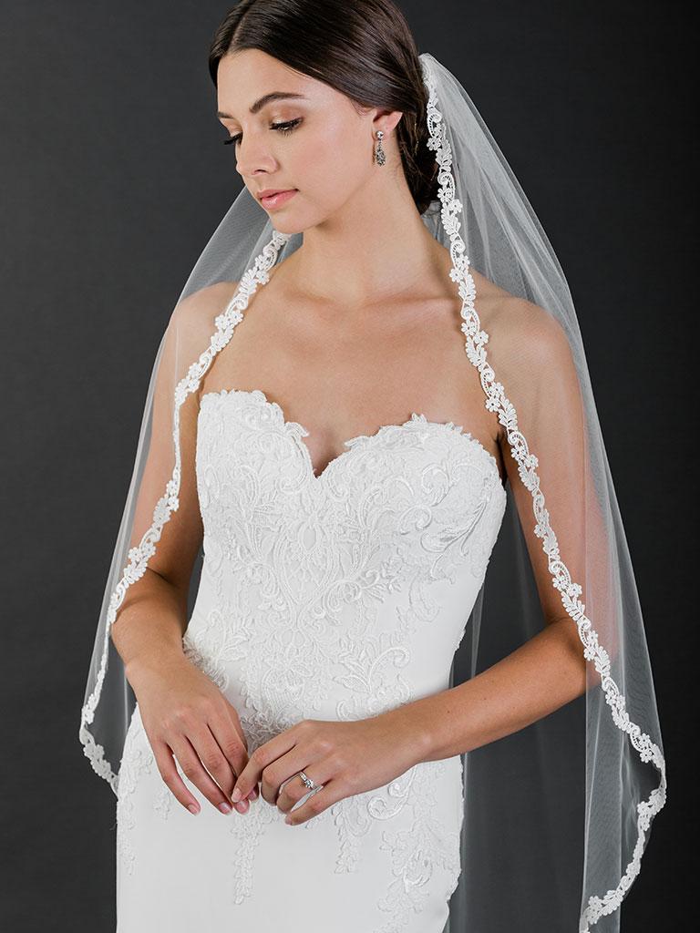 V7517   1-tier fingertip veil with narrow Venise lace edge