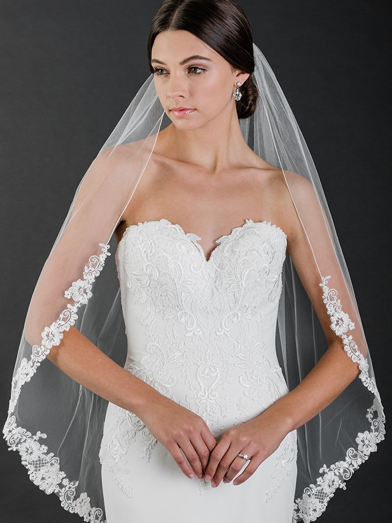 V7520   1-tier fingertip veil with rolled edge and floral lace