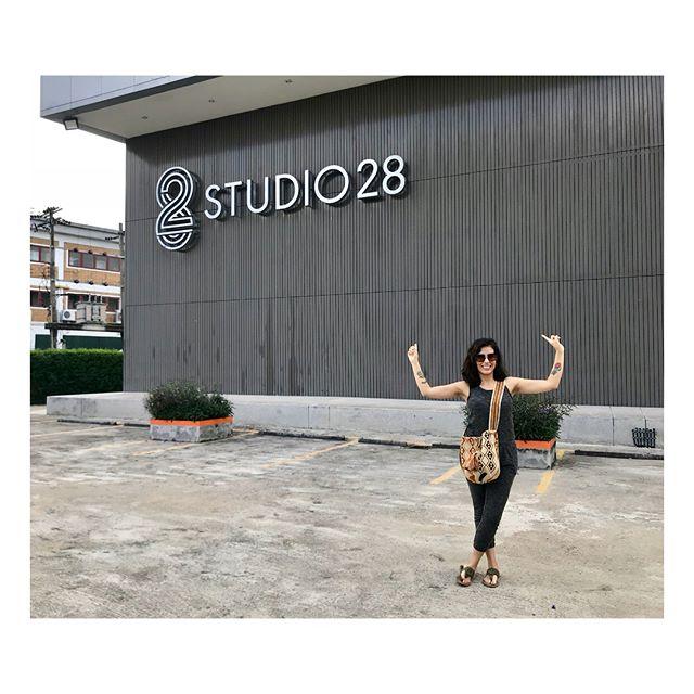 In awe with the amazing Studio 28 in Bangkok 🙌🏽 I just want to record here with a big orchestra 😊 It was a real pleasure to meet @fangyvilla and @jake.engineer 🎤 . . . . Hoy fui al estudio más grande en Bangkok y lo único que quiero hacer es grabar con una orquesta aquí 🎻 #soñarnocuestanada #arrangergoals #producergoals