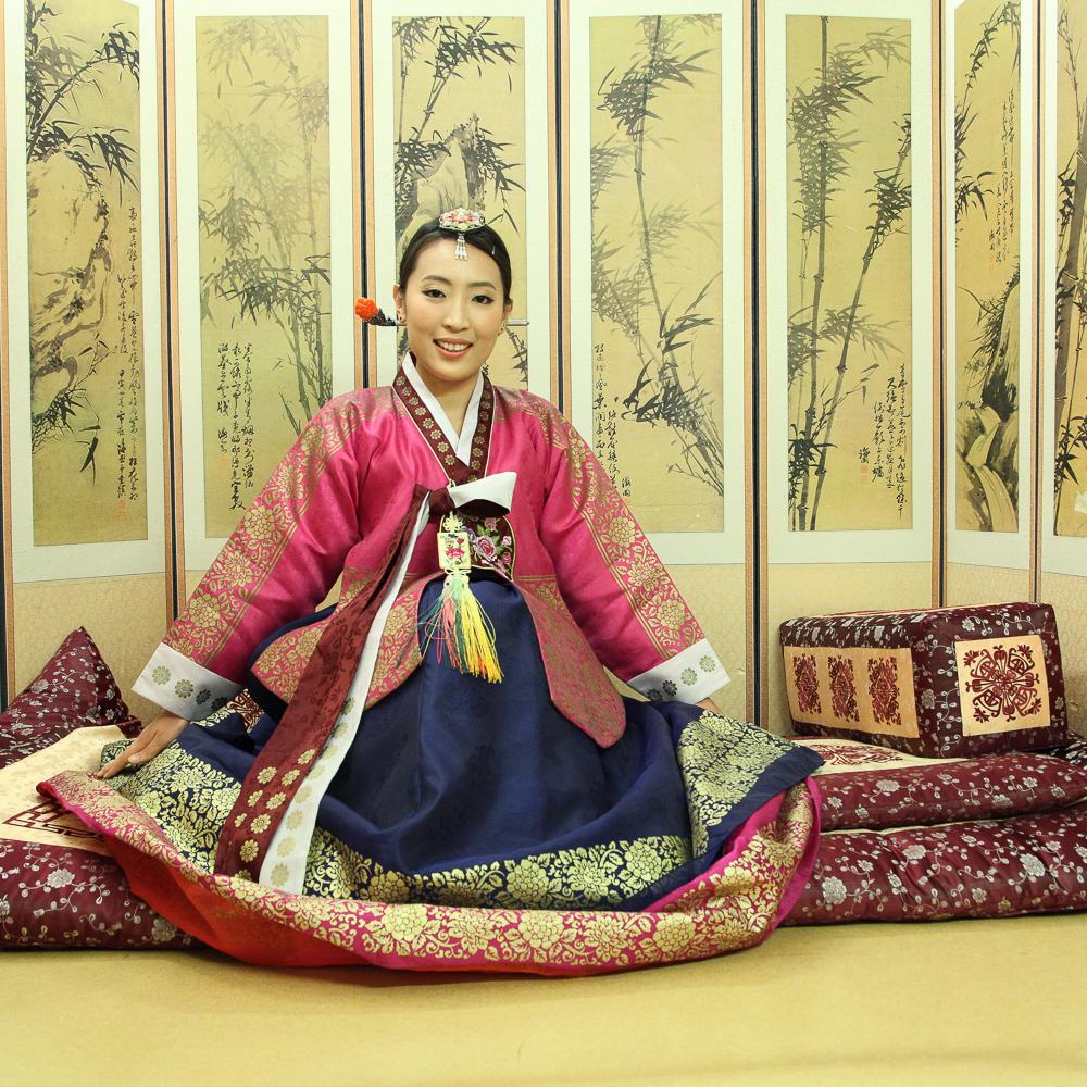 royal hanbok pose