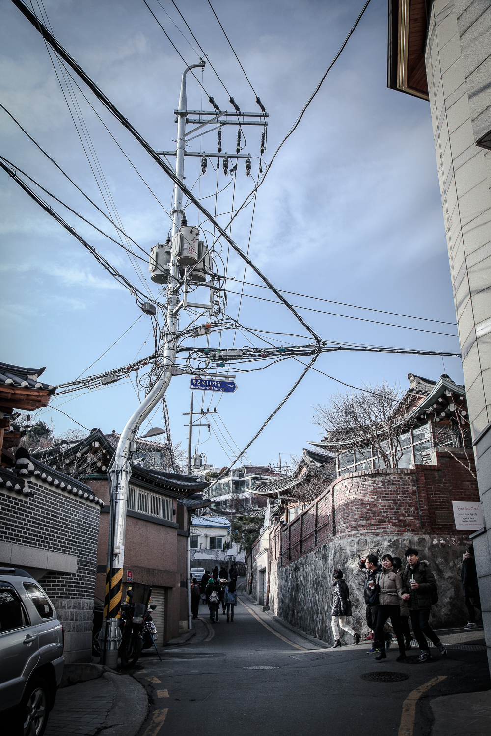 The electricity pole caught red-handed shaking its hip. It's not the first time to see many wires come together in the streets of Seoul.