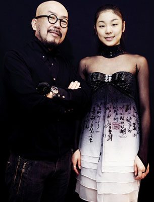 Lie Sangbong with ice skater Kim Yuna wearing Hangeul-inspired dress  ( DramaBeans )