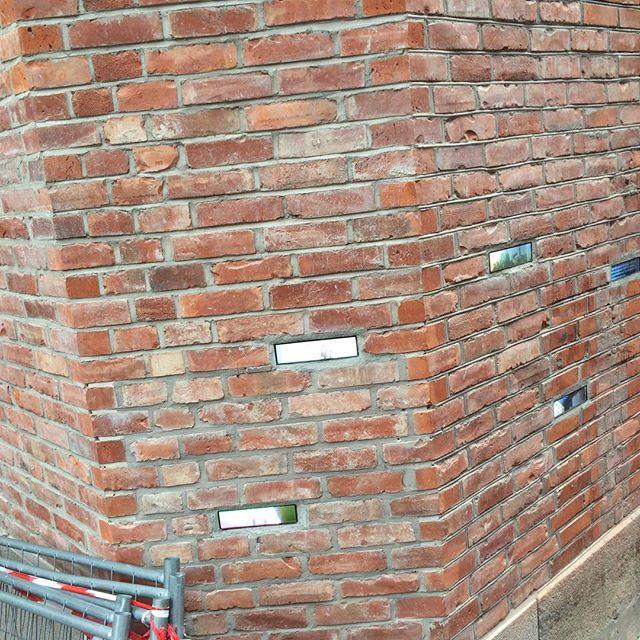 Digitale mursteiner på Aker Brygge
