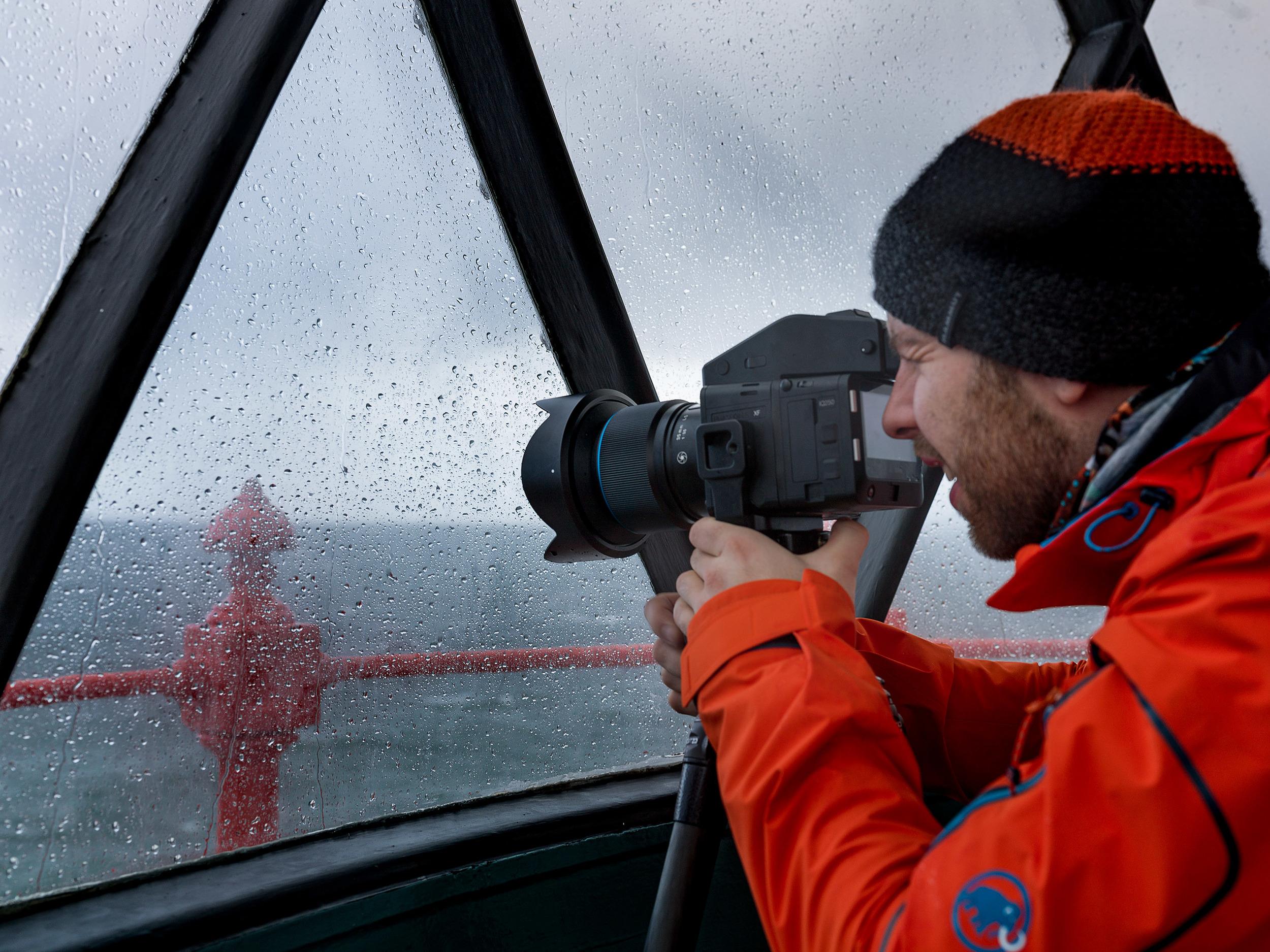 Michael Hochfellner trotz Wind und Wetter im Leuchtturm von Fanad Head