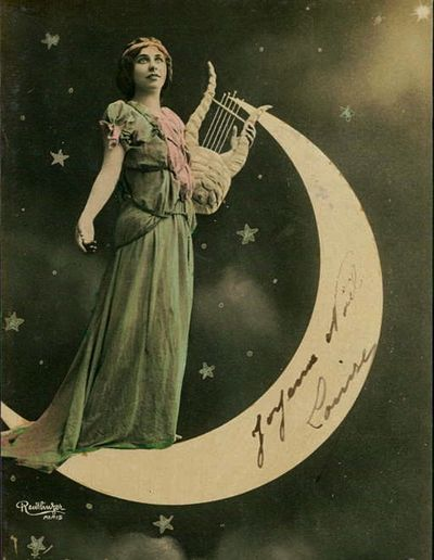 Crescent moons in Victorian jewelry often represented spirituality and the glorificationof theFeminine Moon Goddess.Whilst the stars weresymbols of direction, and guidance for thespirit.