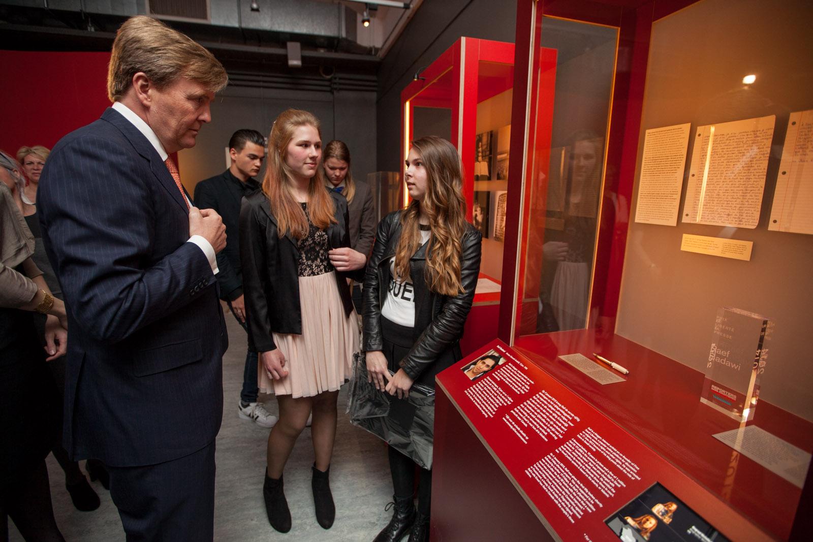 Koning met biografen Regina Omta en Michelle Schulte in tentoonstelling Geen nummers maar Namen, foto Hanne Nijhuis.jpg