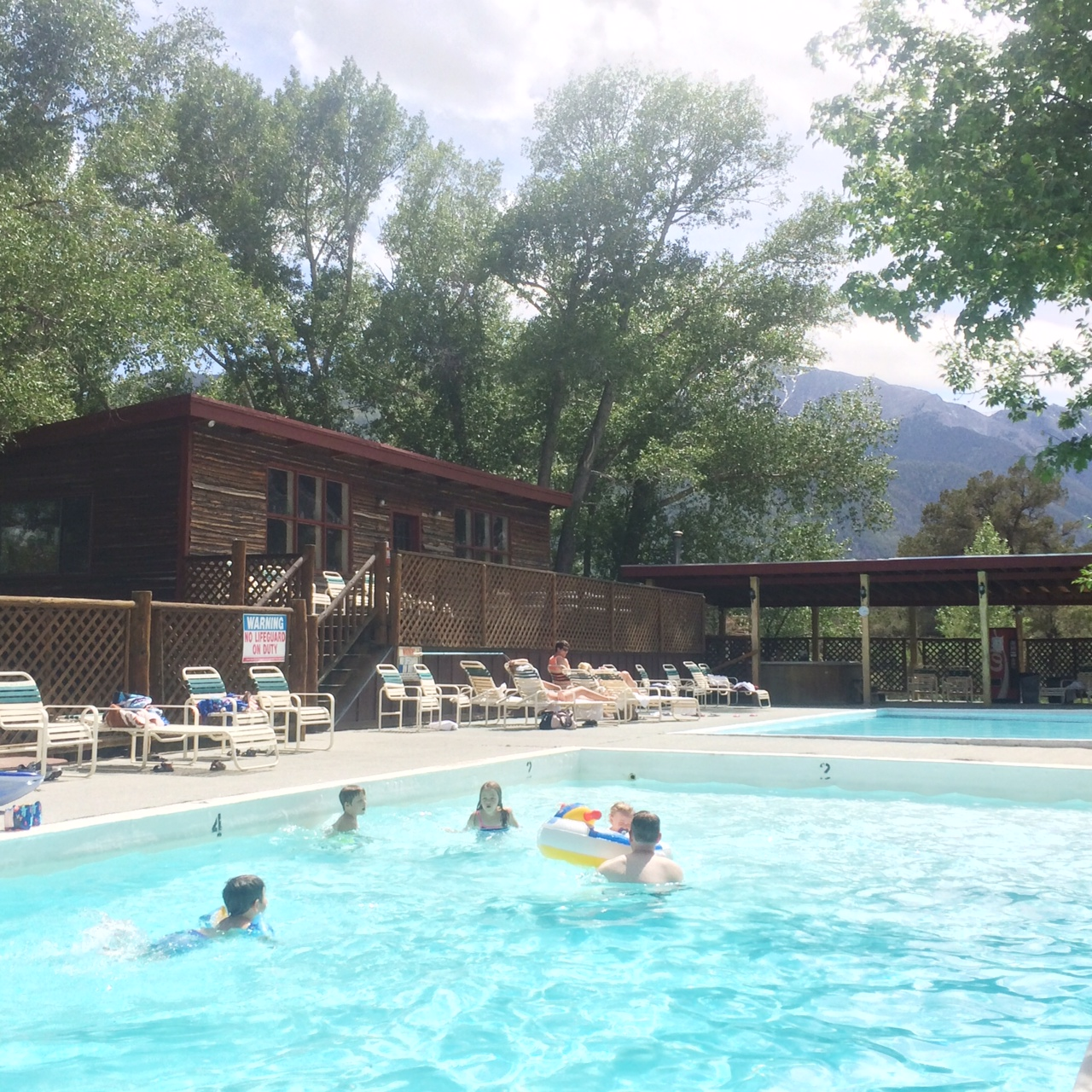 A pool heated by hot springs in this gorgeous setting, yes please :)
