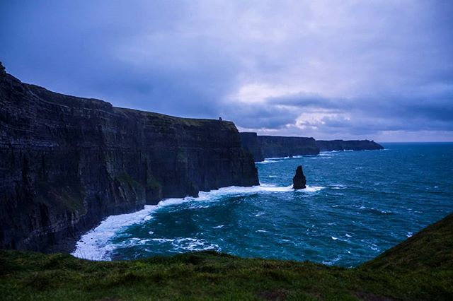 20/12/2018 at the Cliffs of Moher, 4pm . .  #ThePhotoHour #StormHour ‬ #dailycliffs #dailycliffspics #cliffsofmoher #xt20  #liscannor  #cliffs #foam  #wildatlanticway #storm #wet #misty #clouds