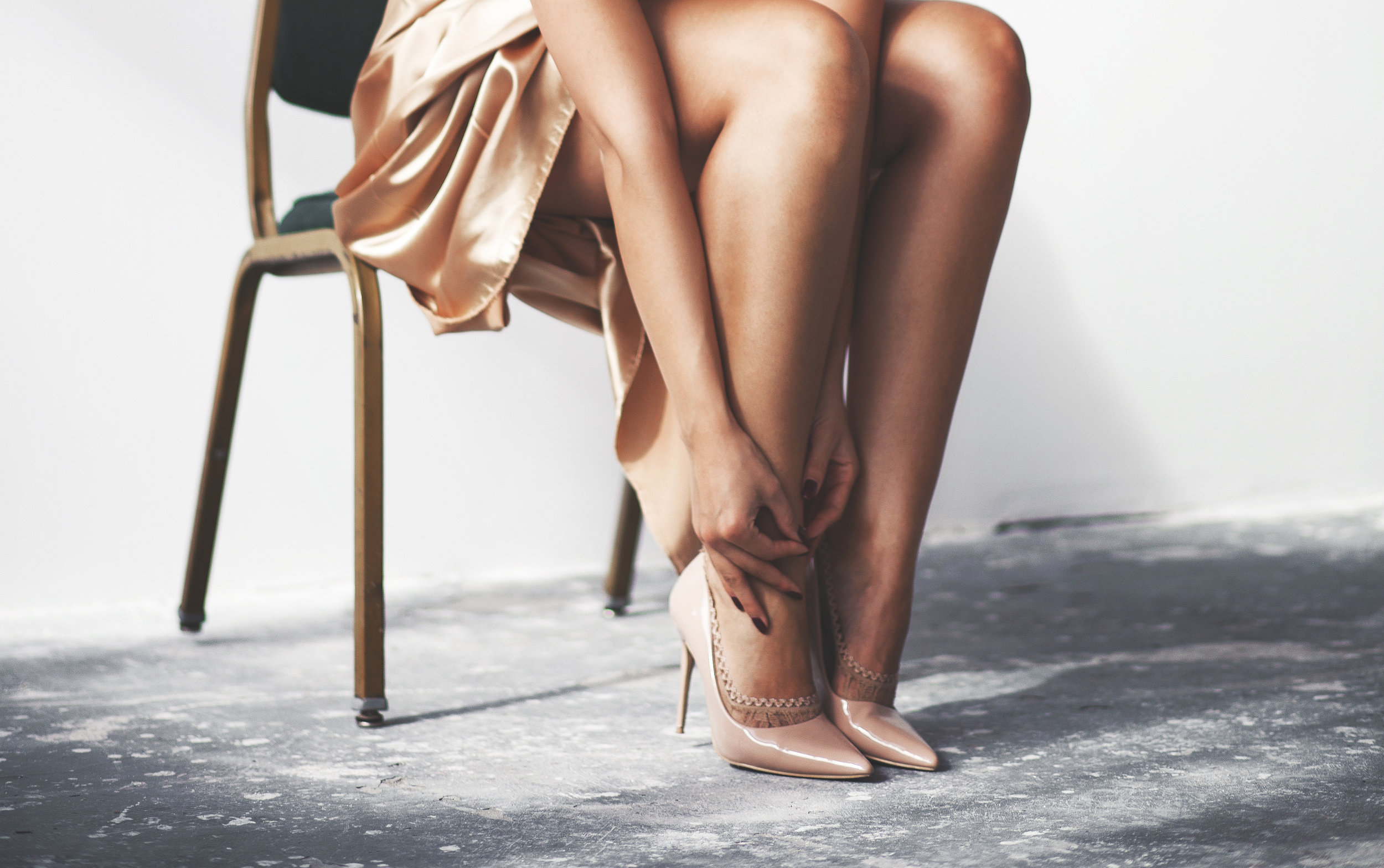 *Pantofii nud stiletto sunt de la   Poema.