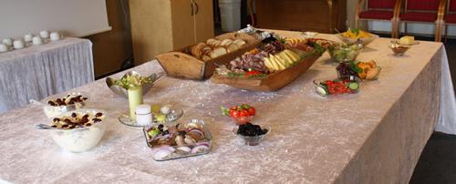 All maten er ikke satt ut her, jeg var visst litt rask å ta bilde :P Men hele bordet var stappet med godsaker :D
