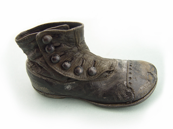 I forget now where on the web I spotted this boot. I think it may have been found preserved in the mud of the Thames foreshore. It was the final piece in the clothing puzzle and I used it as inspiration for the girl's own little boots!