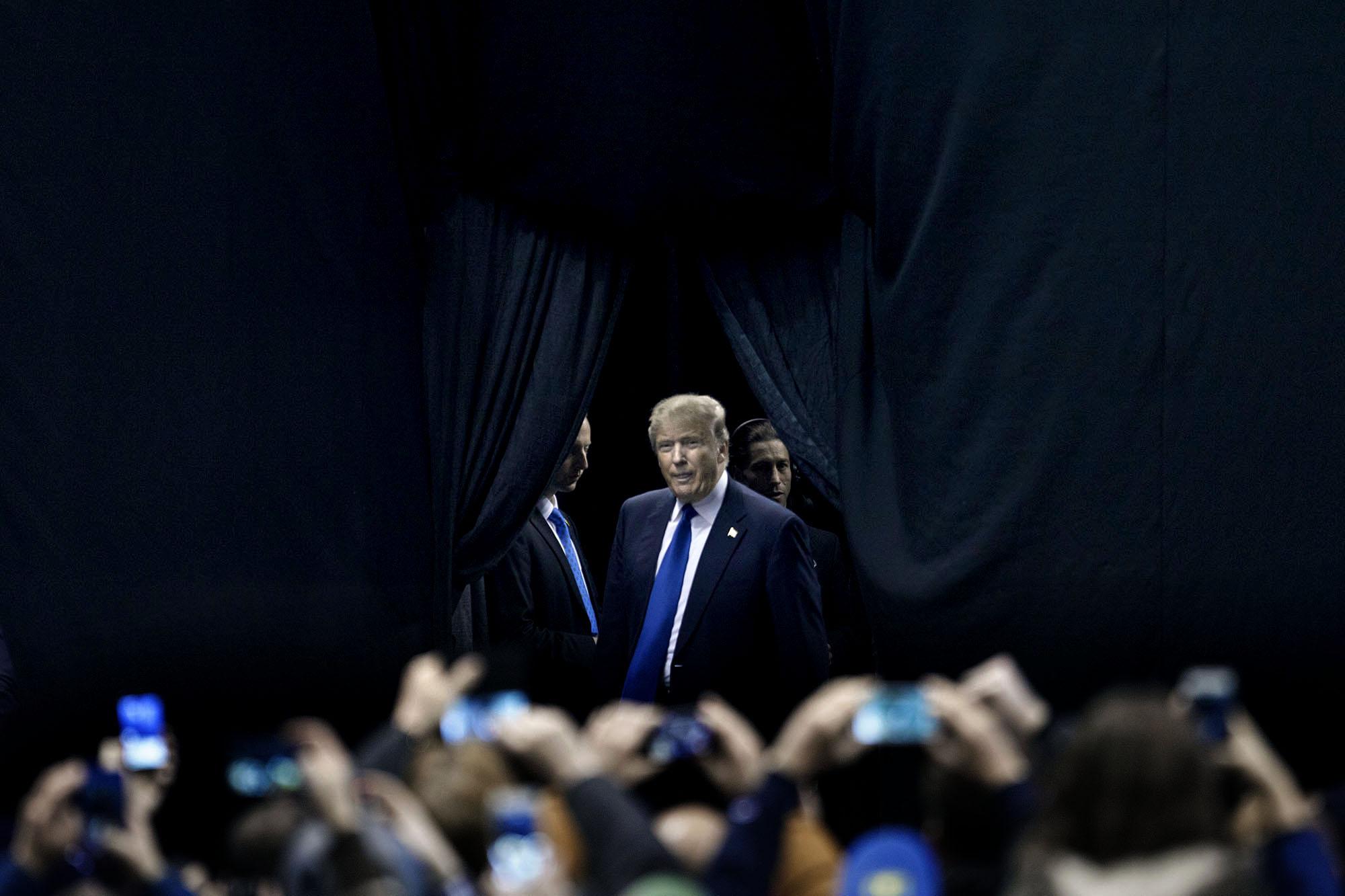 Donald Trump kommer in i en arena i Manchester, New Hampshire för att hålla ett tal.8 februari, 2016. Foto: Thomas Nilsson