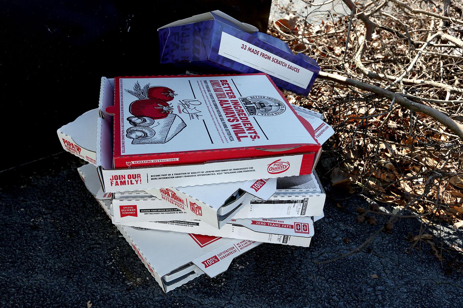 Pizzakartonger utanför Marco Rubios högkvarter..