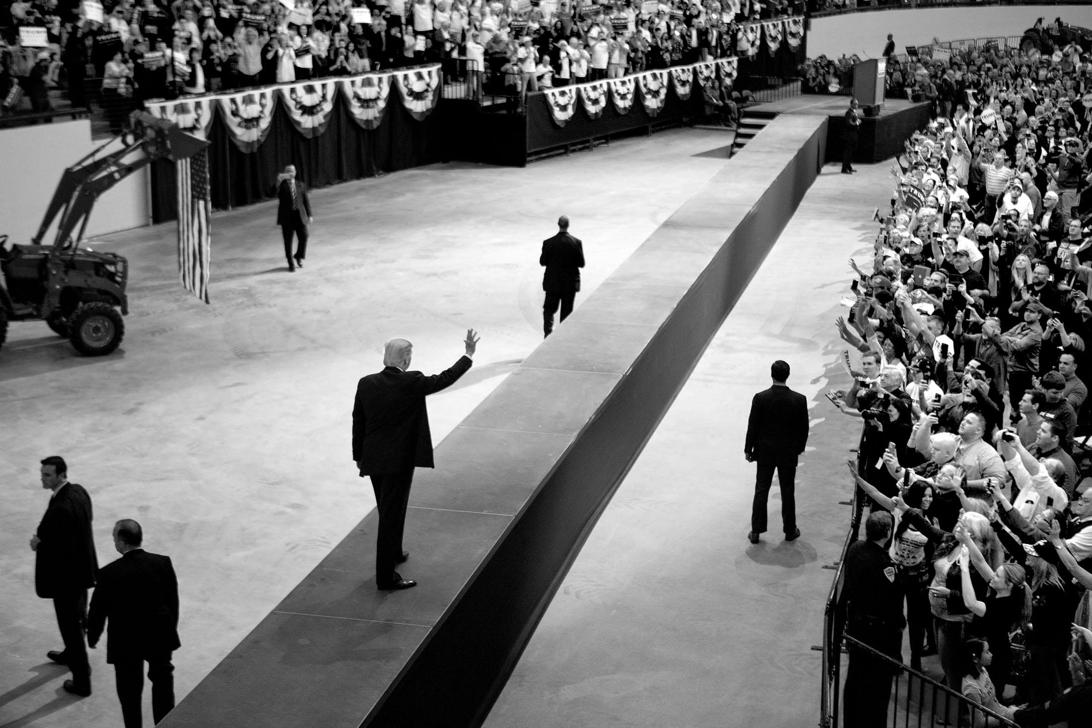 Donald Trump gör entré på South Point Arena inför tusentals supportrar kvällen innan valet i Nevada.
